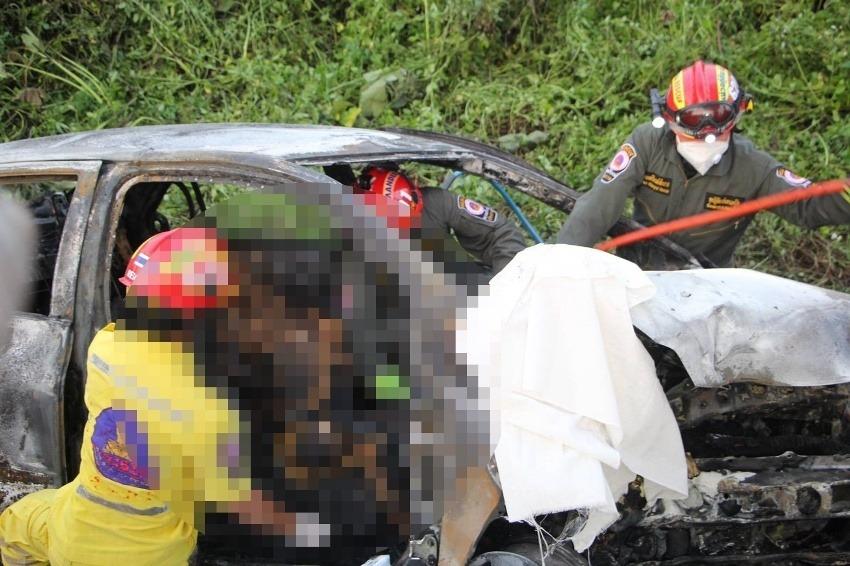 เชียงราย: ครูสาวขับเก๋งหลุดโค้งคว่ำไฟครอกเสียชีวิตคารถ