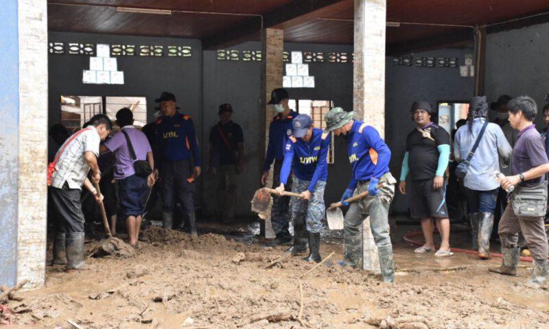 รวมกลุ่มช่วยชาวบ้านที่ถูกน้ำป่าพัดถล่มในจังหวัดเชียงราย