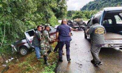 ลำปางฝนตกถนนลื่นรถตำรวจไถลข้างทางเจ็บ 3