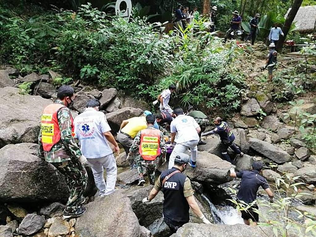 นักท่องเที่ยวชาวต่างชาติเสียชีวิตถ่ายเซลฟี่ที่น้ำตก