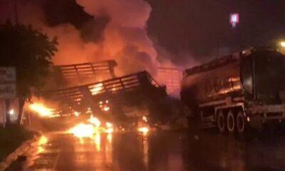รถบรรทุกน้ำมันพุ่งชนรถพ่วง 18 ล้อระเบิดและไฟลุกท่วม