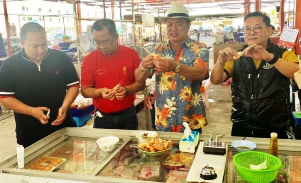 """""""อนุทิน"""" โชว์กินกุ้งกลางตลาดเชียงราย ยันอาหารทะเลไทยปลอดภัยไร้โควิด"""