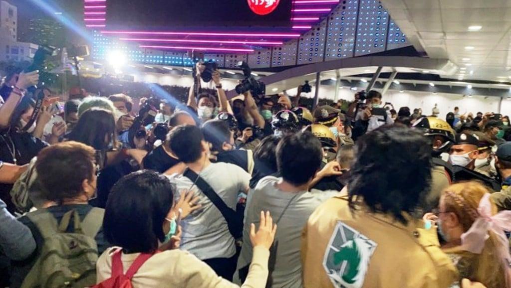 ผู้ชุมนุมแน่นสกายวอล์ค หลัง 'รุ้ง ปนัสยา' ประกาศ 1 ชั่วโมง
