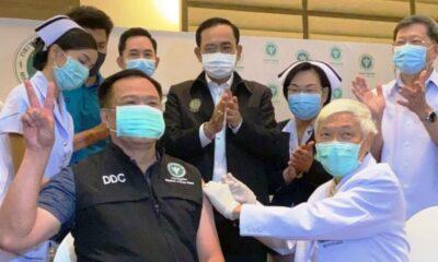 """""""อนุทิน"""" นำ 3 รัฐมนตรีรับวัคซีนโควิด -19 เข็มแรก"""
