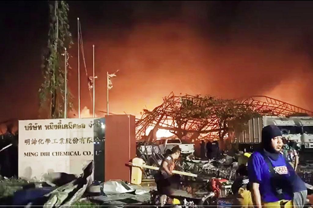 """""""ข่าวสด""""นักผจญเพลิงเสียชีวิต บาดเจ็บเพิ่ม หลังโรงงานเคมีระเบิด"""