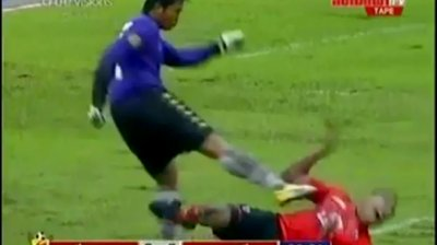 Siam Navy's Goal Keeper Attacks Chiangrai Player
