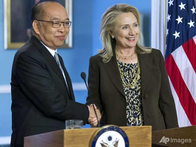 Hillary Clinton Meets with Thai Foreign Minister Surapong Tovichakchaikul