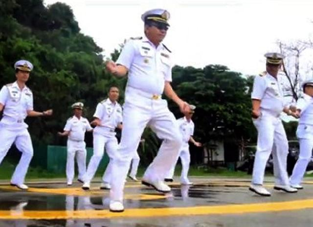 "Thai Navy Officers Dance in ""Gangnam Style"""