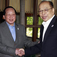 Foreign Minister Surapong Tovichakchaikul, right, and his Cambodian counterpart Hor Namhong