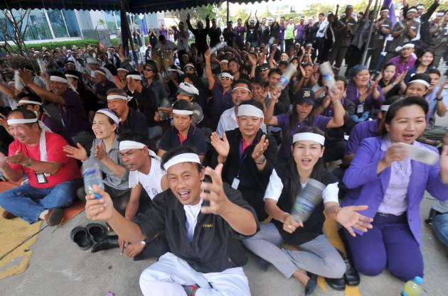 Ground staff of Thai Airways International go on strike at a building inside the Suvarnabhumi Airport compound yesterday demanding higher bonuses and salary increases.
