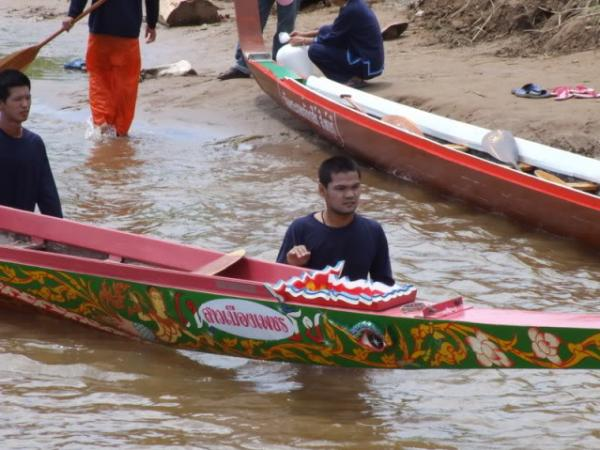 10-oarsmen row boat competition
