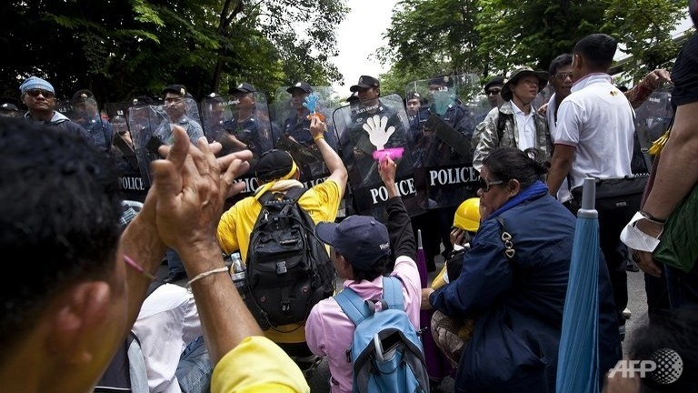 thai-royalist--yellow-shirt--activists-protest-outside-the-parliament-buidling-in-bangkok-on-june-1-2012-2