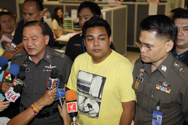 Narongrit Suksarn, centre, suspected hacker of the PM's Office website, met with police of the Technology Crime Suppression Division on Friday, declaring he is innocent and offering to help government websites keep out the real hackers. (Photo by Surapol Promsaka na Nakolnakorn)