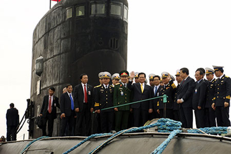 Vietnamese Prime Minister Inspects Kilo-Class Submarine which Vietnam Contracted to Buy from Russia