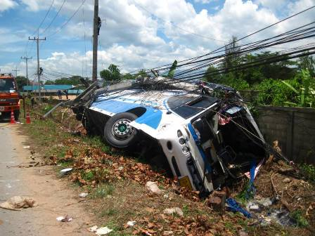 Bus Crashes into Powerlines in Phan Chiang Rai, Passengers Electrocuted