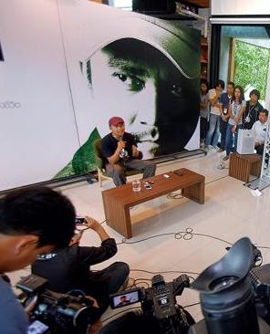 Television host Suttipong Thamawuit holds a press conference yesterday at his company, TV Burabha, to say that his post on Facebook was not meant to attack any political party or rice producers. The post led to him facing libel charges