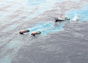 Choppers and ships are deployed to spray dispersants to clean up an oil slick on the sea surface after a spill occurred about 20 kilometres from Map Ta Phut. Please credit and share this article with others using this link:http://www.bangkokpost.com/news/local/361839/oil-spill-threatens-rayong-beaches. View our policies at http://goo.gl/9HgTd and http://goo.gl/ou6Ip. © Post Publishing PCL. All rights reserved.