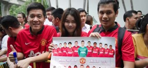 Man United fans wait to get autographs at the Four Seasons hotel in Bangkok as the club begins its new era under boss David Moyes