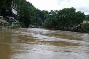 In Mae Fa Luang district, a three-year-old boy was lost in a flash flood while walking with his parents along the river.