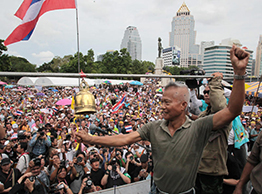 Gen Preecha Iamsuphan, core member of the People's Army against Thaksin Regime, rings a bell to start Sunday's political rally in Lumpini Park, Bangkok. (Photo by Apichit Jinakul)
