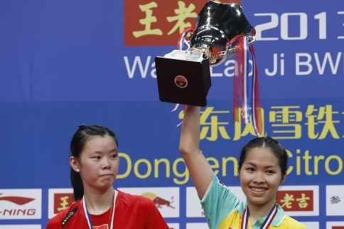 Thailand's Ratchanok Intanon (R) raises her trophy at the podium after defeating China's Li Xuerui (L) during their women's singles final match at the 2013 Badminton World Championships in Guangzhou - See more at: http://www.themalaymailonline.com/sports/article/thailand-hails-teen-world-champion#sthash.ERYUFuu0.dpuf