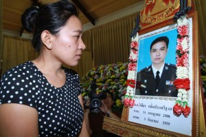 Nongnoot Saengpraphan mourns the death of her husband, Pol Snr Sgt Maj Wichian Klanprasert, at That Thong temple. (Photo by Somchai Poomlard)