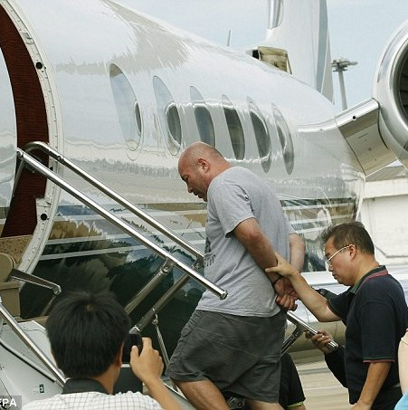 Alleged American international hitman Joseph Manuel Hunter was today extradited to the U.S. Here, he is being escorted by Thai commandos as he boards a chartered jet in Thailand