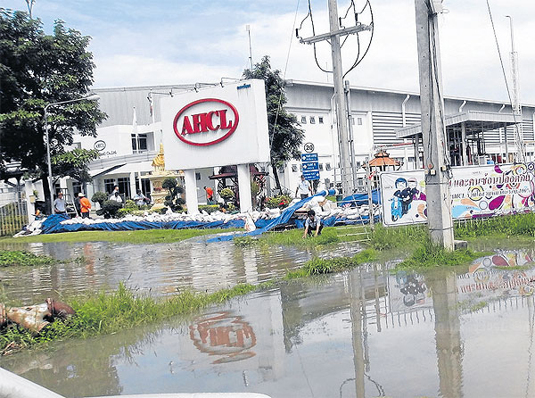 The water levels at Amata Nakorn Industrial estate yesterday. JERDSAK SAENGTHONGCHAROEN Please credit and share this article with others using this link:http://www.bangkokpost.com/business/news/373731/flood-hits-amata-nakorn. View our policies at http://goo.gl/9HgTd and http://goo.gl/ou6Ip. © Post Publishing PCL. All rights reserved.
