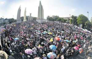 Anti-government protesters led by the Democrat Party seize the Democracy Monument on Ratchadamnoen Klang Avenue as their new rally venue. THITI WANNAMONTHA