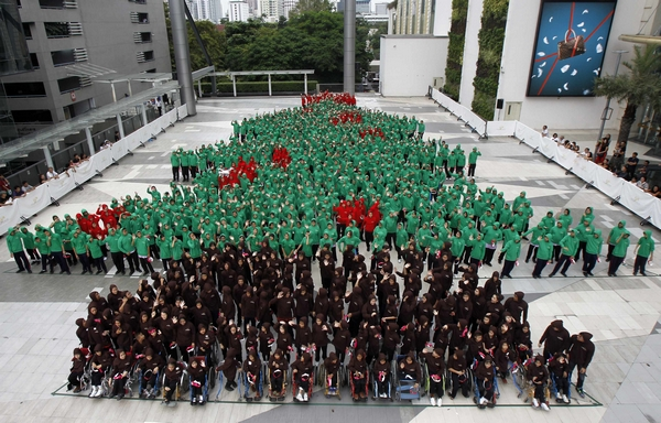 Eight hundred and fifty-two students gather to break the Guinness world record outside Siam Paragon. (Reuters Photo)