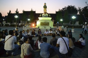 Over 100 people joined the vigil, which was held this evening in front of Kawila army barrack in Chiang Mai′s Mueang district