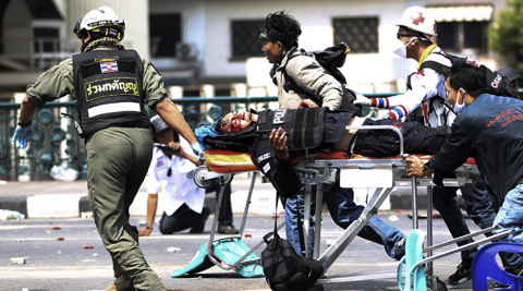 Un-Armed Policeman Shot and Killed by Anti Governement Protester in Bangkok