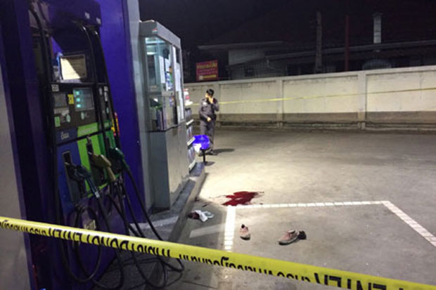 At 20.35pm, a bomb was thrown into a PTT petrol station in tambon Nong Hoi, Muang district. Four people, three of whom were petrol station staff, were injured. The other injured was a woman who came to... Please credit and share this article with others using this link:http://www.bangkokpost.com/breakingnews/401167/4-hurt-in-3-bombings-in-chiang-mai. View our policies at http://goo.gl/9HgTd and http://goo.gl/ou6Ip. © Post Publishing PCL. All rights reserved.