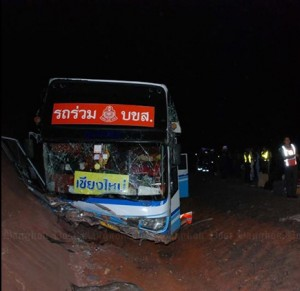 Eighteen people were injured when a tour bus skidded off the road in Phitsanulok on Sunday. (Photo by Chinnawat Singha)