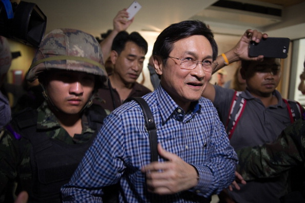 Thai Soldiers Burst into a Journalist's Club to Arrest Education Minister Chaturon Chaisang