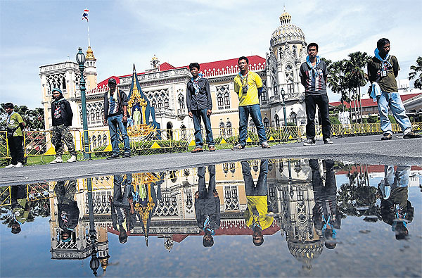 People's Democratic Reform Committee (PDRC) guards line up in front of a yellow barricade at Government House following Saturday's talks between PDRC leaders and security forces. Photo Bangkok Post