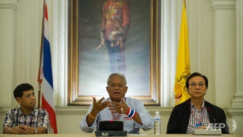 Thai anti-government protest leader Suthep Thaugsuban (C) speaks during a meeting inside the Government House in Bangkok.