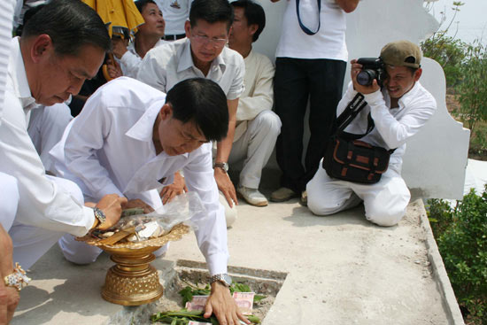 Religious rite. Air Force commander-in-chief ACM Chalit Pukpasuk, left, in a religious rite performed by fortune-teller Warin Buawiratlert in Chiang Mai