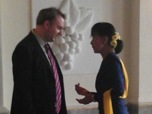 Andy Hall briefs Aung San Suu Kyi about Thailand's labor crisis