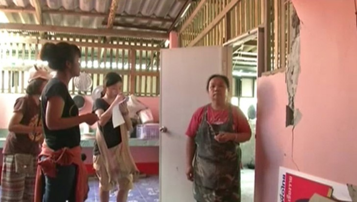 Relief workers in Chiang Rai distributed money to May 5 quake victims to boost their morale and to enable them to repair their damaged homes.