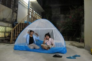 8 Two women decide to spend the night in a tent for fear of aftershocks in Mae Sai district