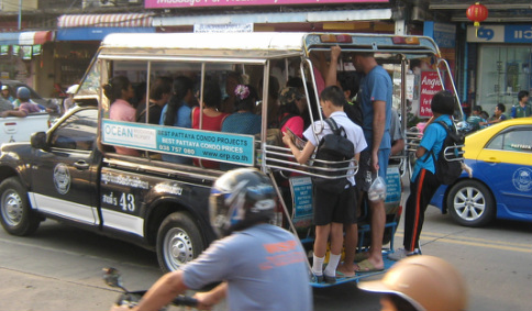 Baht Bus Crashes with 18 Wheeler in Bangkok 22 Students Injured, 1 Dead