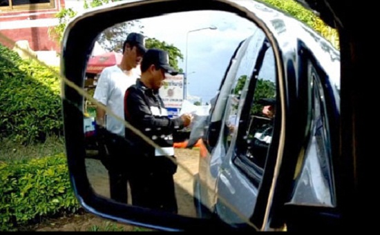 Police stopped a Chiang Rai-registered Toyota car driven by Kaew Khamchan, 50, of Chiang Rai's Mae Sai district at the checkpoint for a search.
