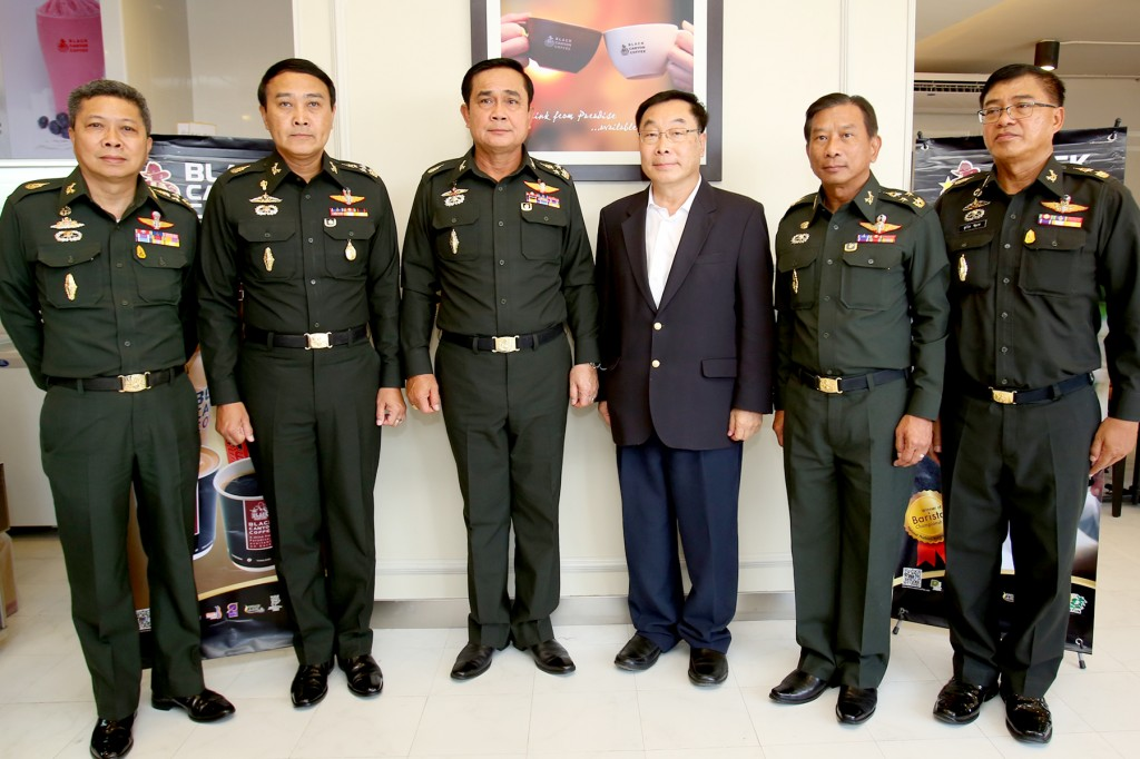 Commander-in-Chief of the Royal Thai Army General, Prayut Chan-O-Cha (3rd from left) and Lt General, Udomdej Sitabutr Commanding General of (2nd from left) visited the newest branch of Black Canyon coffee at Lumpinee Boxing Stadium Ramintra to get the ultimate taste and services for champions. Also present is Pravit Chitnarapong (3rd from left), Managing Director of Black Canyon (Thailand).