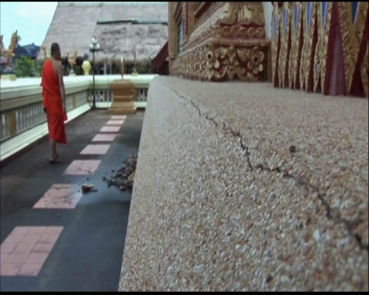 Mae Suai Luang Temple in Mae Suai District, more cracks can now be seen at the temple's main building