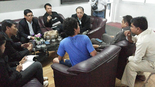 Witness Maung Maung (blue shirt) is interviewed by a Myanmar embassy legal team in the presence of police officers on Koh Samui. (Photo by Min Oo)