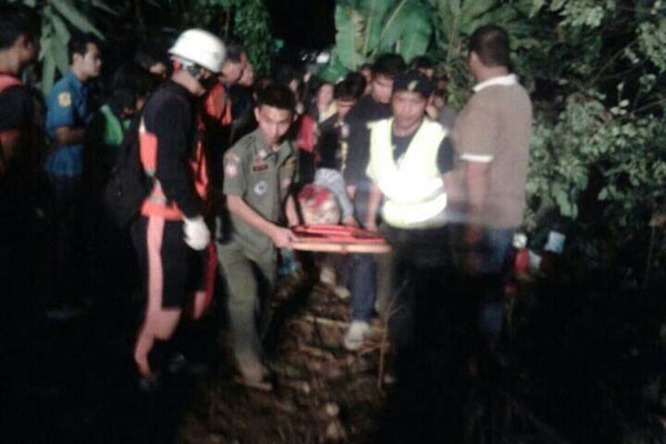 Tour Bus Crashes in Ravine in Phrae, Driver Dead, 18 Injured