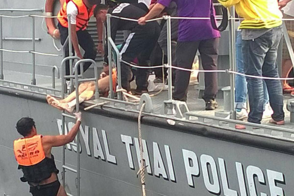 Search officials find the bodies of South Korean tourists at the site of a boat collision near Koh Yao island of Phangnga province Tuesday evening. (Photo by Achadtaya Chuenniran)