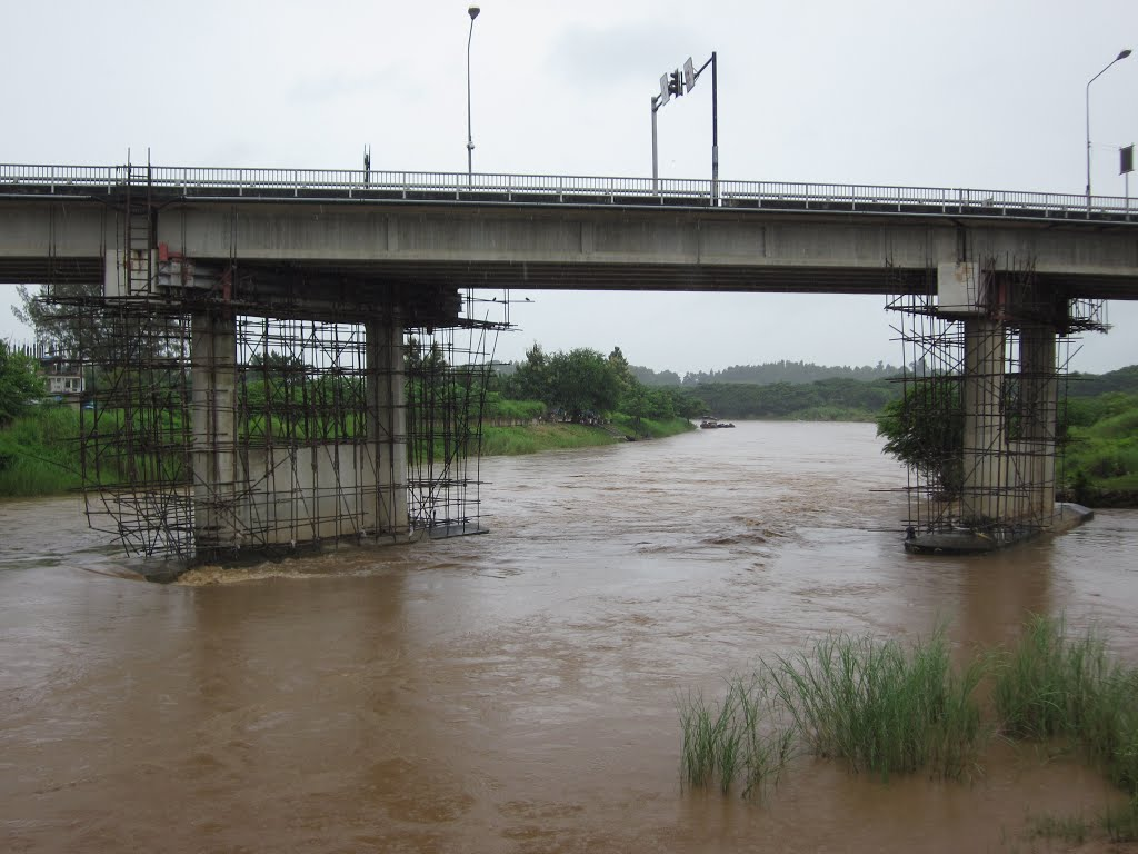 """The damage to the bridge's deck and supports must be fixed immediately"" said Mae Sai Chief District Officer. - See more at: http://thainews.prd.go.th/centerweb/newsen/NewsDetail?NT01_NewsID=WNOHT5710290010005#sthash.JFQ6D7DT.dpuf"