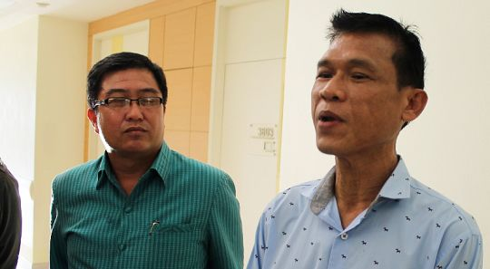 We want to boost staff confidence – Tiger Kingdom GM Kachane Jakkapark (right, with District Chief Sayan Chaichanawong. - See more at: http://www.thephuketnews.com/phuket-tiger-kingdom-may-close-temporarily-after-tourist-bitten-49288.php#sthash.rXiqDiDz.dpuf